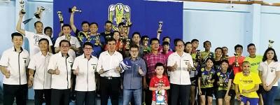 孙意志、陈德安、许庆吉、陈怡华及梁建荣在颁奖仪式后,与优胜者合影留念。