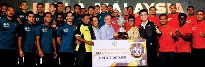 阿末法依沙(右5)颁发象征31万7000令吉奖励的模拟支票给予马杯冠军霹雳足球队。