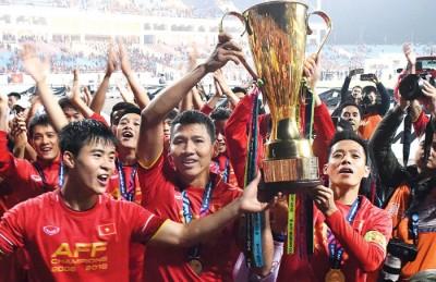阮英德(中)为越南打入全场唯一进球。