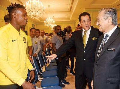 哈密丁(右2)引荐归化球员苏马烈(左)及其他国足队员给敦马哈迪进行交流。
