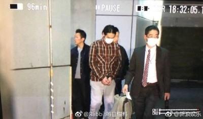 蒋劲夫日前向日本警方自首,被上手铐照片曝光。