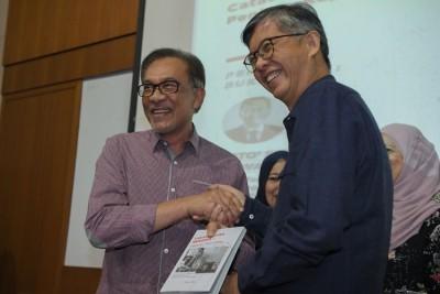 安华(左)为蔡添强(右)的著作《加影自由刑》马来文版主持推介礼。