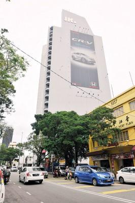 该大厦建筑物显眼处目前安装上未完成的JKP有限公司字眼,相信是安装工程正在进行中。