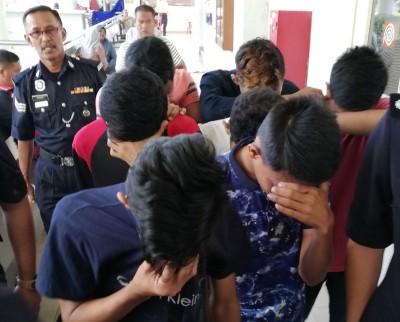 7何谓犯下和少年少女发生性行为罪行的巫裔少年被押上推事庭面对强奸指控。