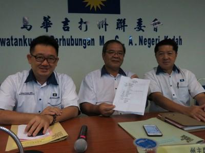 吴进强(中)展示吉打州马华执委的受委名单,左为蔡通易,右为陈燕翔。