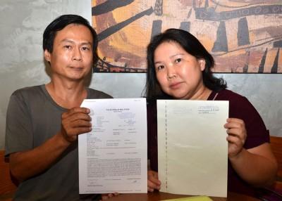 王建祥同黄舒君夫妻向媒体展示报案书及子女以吉华H校复准的公文。