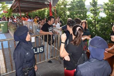警方交通罚单半价折扣来到大山脚,吸引大批民众前来缴清积欠的罚款。