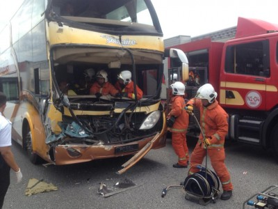 消拯员接报后到场施援,救出受夹车内的司机和其他乘客。