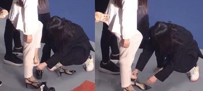 Angelababy被曝助理蹲地帮脱鞋照片。