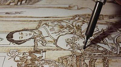正在创作中的烙画作品。