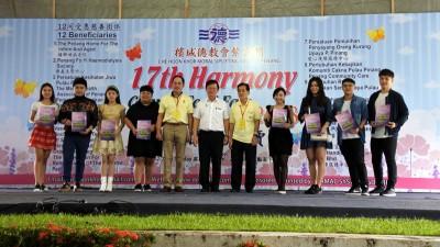 曹观友(中)颁发纪念品予全体义唱歌手。左5为林廷晖,右5为林嘉水。