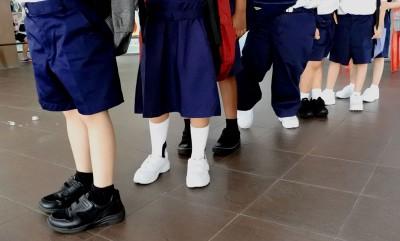 中小学学生可选择穿上黑鞋黑袜、白鞋白袜、黑鞋白袜、白鞋黑袜到校上课。