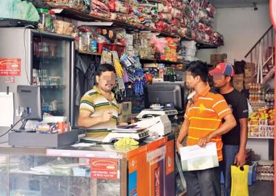 外籍人士经营的店铺,吸引不少同籍人士光顾。