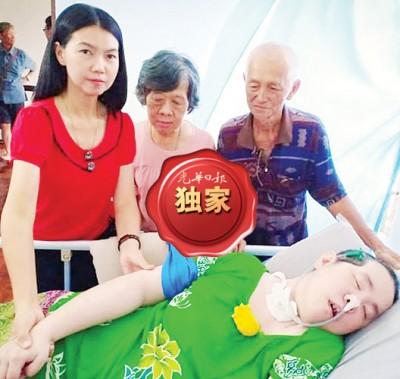 颜艾菱(左)日前亲自到家庭护理探望陈菁霞,右起为陈新江与太太林赛英。