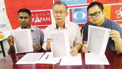 徐玉富(右)求助周世扬,并希望以此警惕民众;左为助理S.古纳。