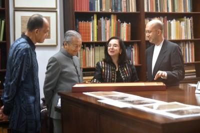 马哈迪(左2)出席伊斯兰艺术馆20周年,参观收藏的艺术品。