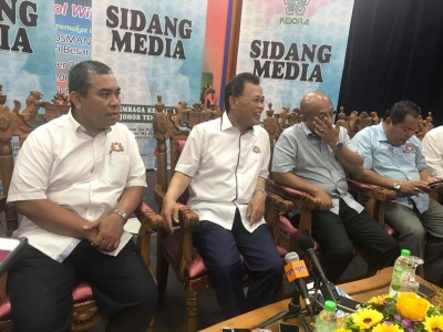 奥斯曼沙比安(左2)指未听闻有党员要推慕尤丁下台。