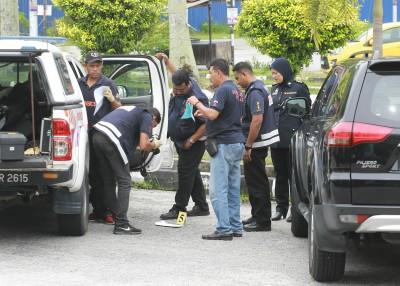 警方科学鉴证组在被射击的轿车搜索是否留下任何蛛丝马迹。