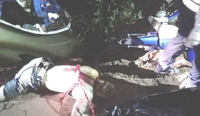死者遗体被打捞起来,右上是摩托车。