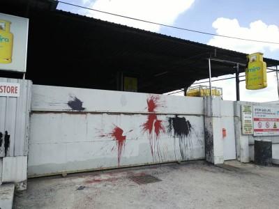 厂房大门口遭到泼红黑漆。