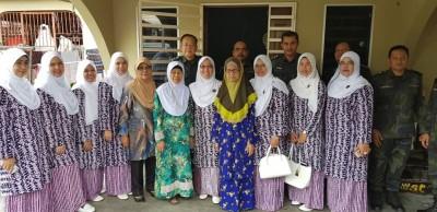 查丽哈拉比(前排左6)与再娜阿都拉(前排左8)与警察家眷协会成员合照,后排左1是莫哈末沙哈。(照片来源:大马皇家警队脸书专属网页)