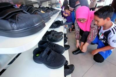教育部宣布黑校鞋政策,从2019年开始逐步落实,2020扩大执行,2021年所有政府学校中小学生需穿整齐黑袜黑鞋上课。