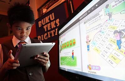 教育部从2019年开始,逐步推出电子课本,中学生无需再携带课本上学。