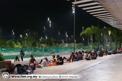 大批国足支持者或狗万赛事直播彻夜在武吉加里尔国家体育场周边排队。