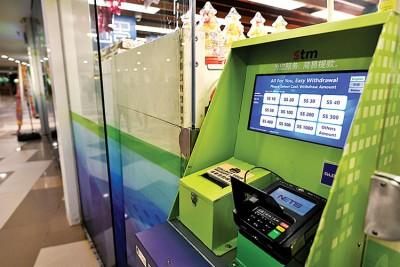 昇菘超市推出简易提款机,好顾客提款,先是大设置在工艺教育面临区学院的商城外。(海峡时报)