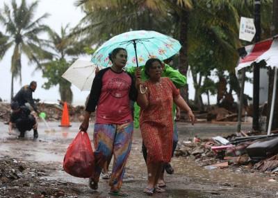 灾区下大雨增加救灾困难。