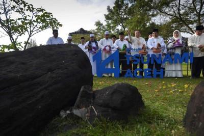 南亚海啸迈入14周年,上千人到位于大亚齐的大型墓穴祈祷及献花。