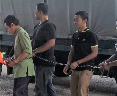 怀疑虐打戒毒者的3名戒毒中心管理员被警方押往法庭申请延长扣留令助查。
