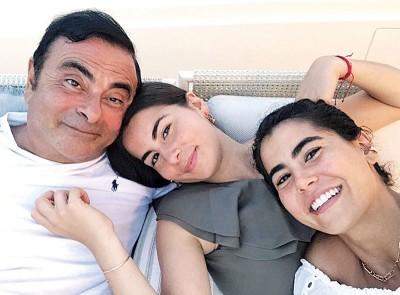 高恩与马娅及二女娜丁合照。