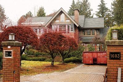 孟晚舟负有枫叶卡、加拿大的永远居民资格,图示其家族在温哥华市拥有的中同样所两层大豪宅。
