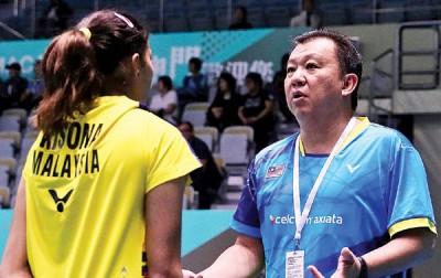 郑瑞睦(右)不满国羽队女单球员表现低迷。