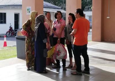 校方到太平间慰问女生家人。