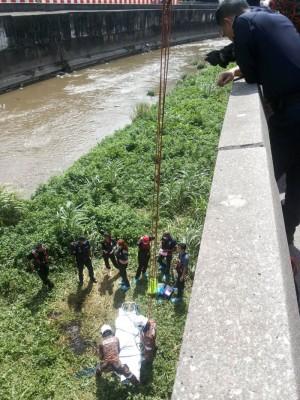 警员在现场调查后,始让消拯员吊走尸体。