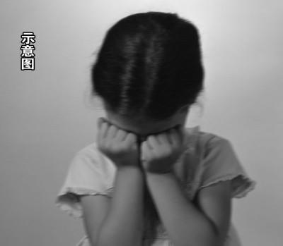 该名女童的牙齿因此被打断,左眼和左腿红肿。