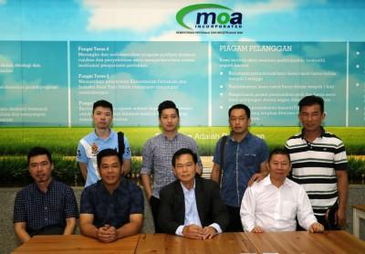 冯文杰(左起)、郭子丰、张锦荣及林炳成与兽医局代表会面后,召开记者会。