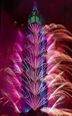 台北市地标101大楼施放1万6000发烟花庆新年。