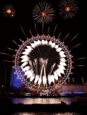 英国伦敦眼烟火灯光秀。(法新社照片)