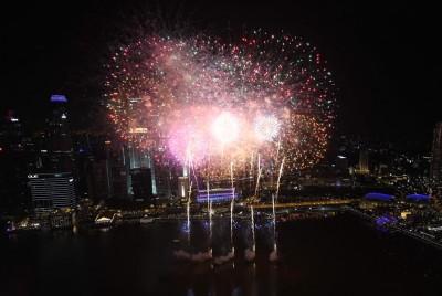 滨海湾在午夜钟声敲响的瞬间展开长达7分钟的烟火秀,拉开新年的序幕。(法新社照片)