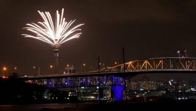 """纽西兰最大城市奥克兰""""天空塔""""有5分钟的烟火秀。"""