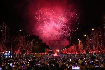 凯旋门上演绚烂夺目的烟火灯光秀,迎接新的一年。(法新社照片)