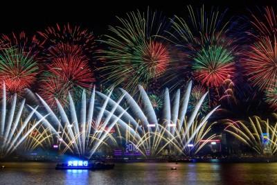 香港维多利亚港的10分钟烟火汇演迎接新年的来临。(法新社照片)