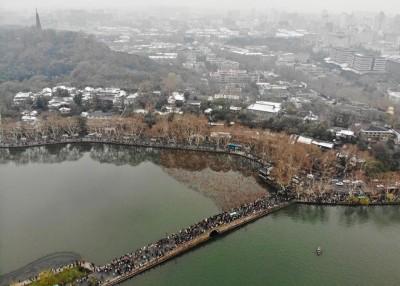 杭州的西湖景区周一人潮如织。