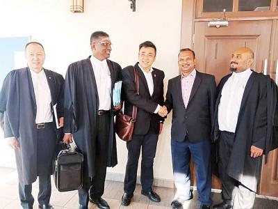 方美铼(左3)与拉惹西雅(右2)达致庭外和解。(左起为)皮勒巴代表律师王康立、雷尔及K. 马辛德兰。