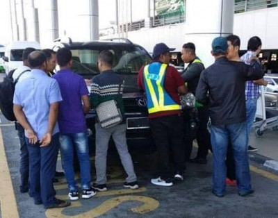 槟州陆路交通局执法组以滥用车辆执照为由,在槟城国际机场取缔电子召车服务(GRAB)司机,并发出多张罚单。