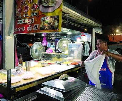 郭添财忙着售卖猪肠粉。