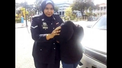 女童的母亲被警員押抵推事庭延扣。
